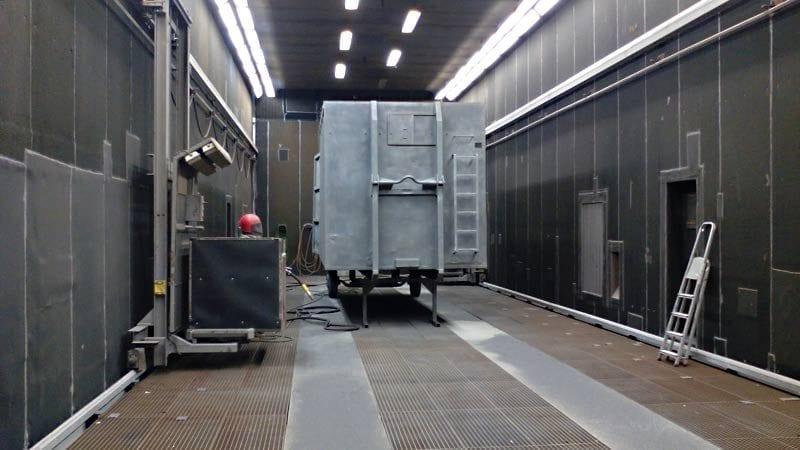 container in der strahlhalle 800x450 - Sandstrahlen von Containern, Silos, Wechselbrücken und Stahlbauteilen