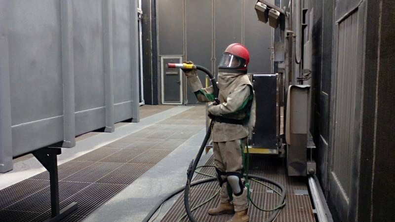 strahlen eines containers 800x450 - Sandstrahlen von Containern, Silos, Wechselbrücken und Stahlbauteilen